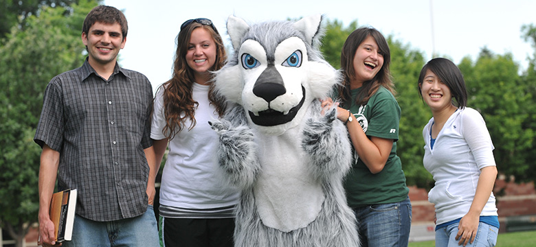 FRCC Students with Wolf mascot